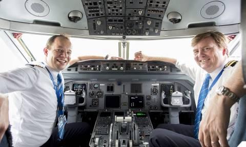 Ποιος πιλοτάρει το αεροσκάφος της πτήσης σας; Κάποιες φορές ο βασιλιάς της Ολλανδίας! (Pics+Vid)