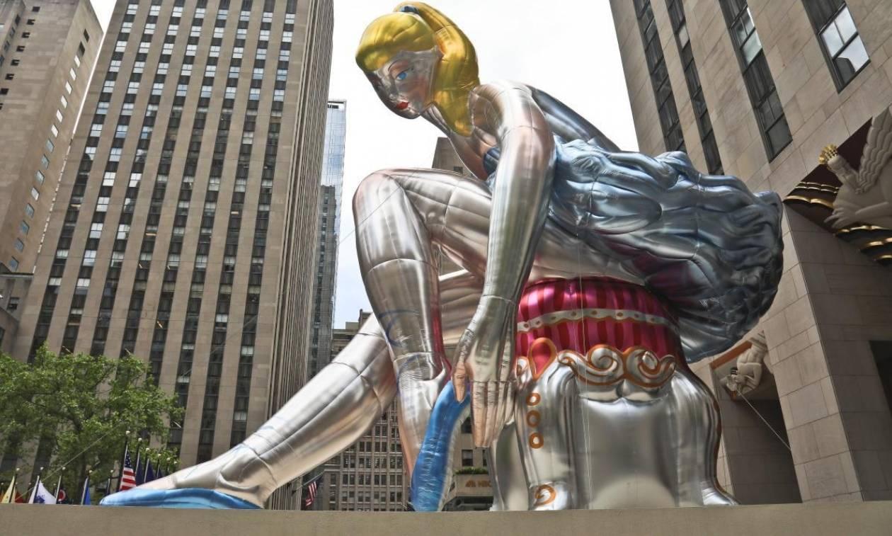 Η «Καθιστή Μπαλαρίνα» που καθήλωσε τη Νέα Υόρκη (Pics+Vid)