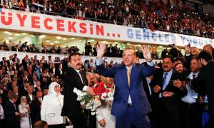 Ο Ερντογάν απόλυτος ηγέτης και πάλι στο κόμμα AKP που ο ίδιος ίδρυσε (Vid)