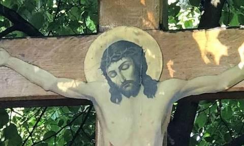 Διπλό θαύμα; Μυροβλύζουσα εικόνα και σχήμα του Σταυρού στον ουρανό (pics)