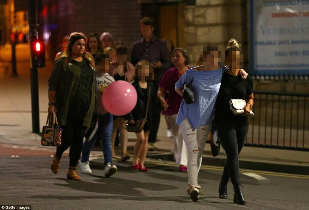 Manchester Live: Οι πρώτες φωτογραφίες από τα θύματα το μακελειού (pics+vids)