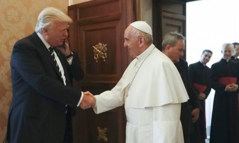 Στο Βατικανό ο Τραμπ: Η εγκάρδια χειραψία με τον Πάπα Φραγκίσκο (pics)