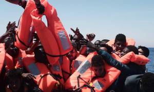 Γιγαντιαία επιχείρηση διάσωσης 1.700 μεταναστών ανοικτά της Λιβύης, δεκάδες νεκροί