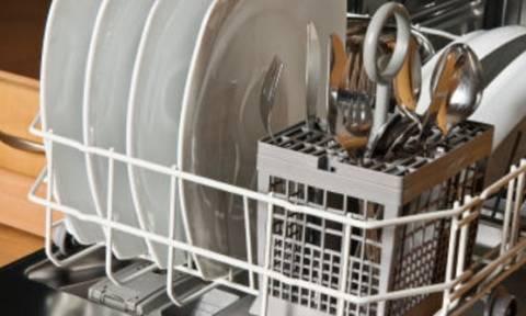Βάζει τα πιάτα της στο πλυντήριο για πλύσιμο, όταν ξαφνικά βλέπει... (video)