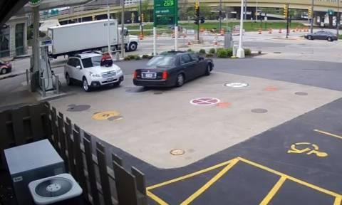 Απίστευτη: Προσπάθησαν να της κλέψουν το αυτοκίνητο και γαντζώθηκε από το καπό! (vid)