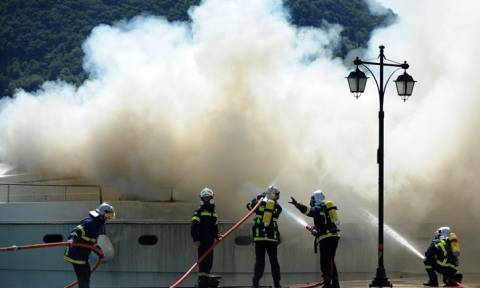 Συναγερμός στο Πέραμα: Φωτιά σε θαλαμηγό