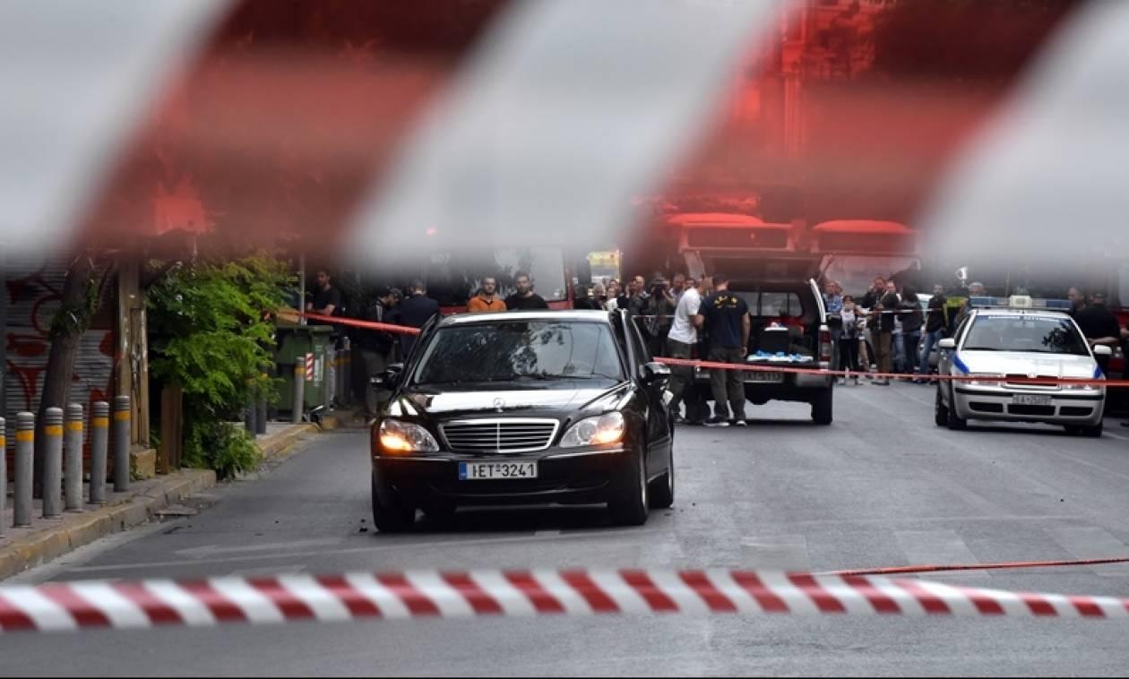 Λουκάς Παπαδήμος - Από τη Βουλή πέρασε το τρομο-δέμα που τραυμάτισε τον πρώην πρωθυπουργό