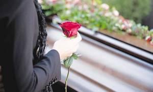 Σάλος στην Πάτρα: Ερωτικό βίντεο χήρας με το... νεκροθάφτη!