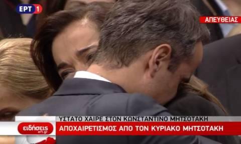 Κηδεία Μητσοτάκη: Η συγκλονιστική στιγμή που Ντόρα και Κυριάκος ξεσπούν σε λυγμούς (vid)