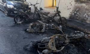 Εικόνες καταστροφής στο Ηράκλειο: Έκαψαν αυτοκίνητα και μηχανάκια (pics)