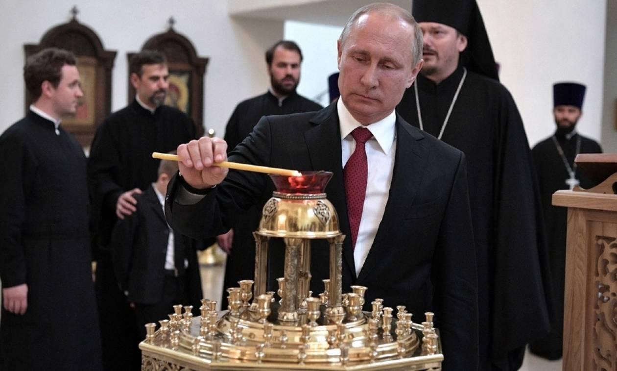 H προσευχή του Πούτιν στο Παρίσι (pics)