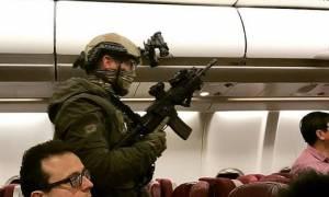 Τρόμος στον αέρα: Αεροπειρατής απειλούσε να ανατινάξει αεροπλάνο - Δείτε συγκλονιστικές φωτογραφίες