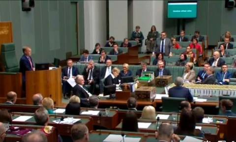 Και ξαφνικά στη Βουλή της Αυστραλίας άρχισαν να μιλούν ελληνικά – Δείτε τι συνέβη (Vids)