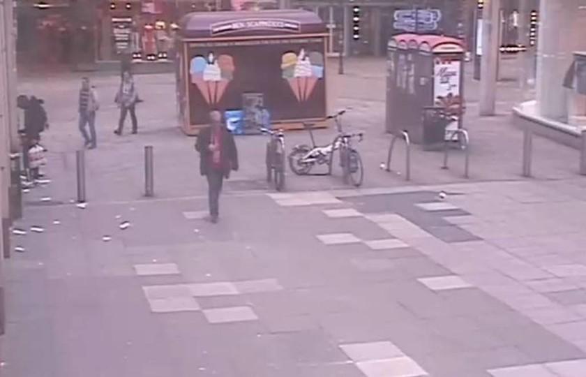 Μάντσεστερ: Νέες φωτογραφίες του μακελάρη - Κάνει βόλτες στην πόλη τις ημέρες πριν την επίθεση