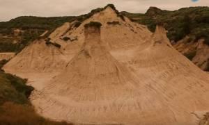 Η Αριζόνα της Κρήτης βρίσκεται στα Χανιά: Οι εντυπωσιακοί πυραμιδωτοί κομόλιθοι από ψηλά (Vid)