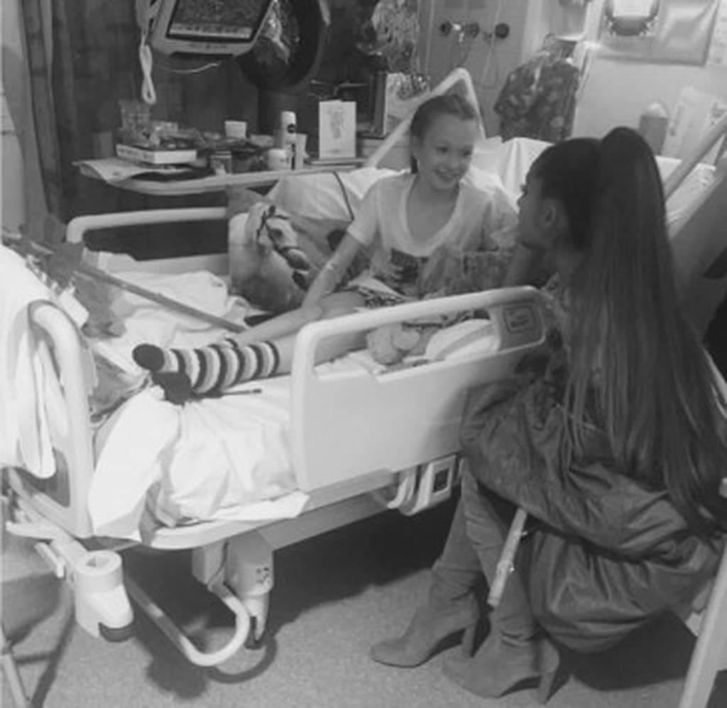 Μάντσεστερ: Η Αριάνα Γκράντε δίπλα στους τραυματίες της τρομοκρατικής επίθεσης (pics)