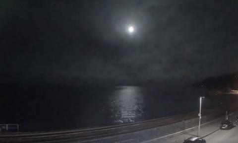 Εντυπωσιακό βίντεο: Μετεωρίτης πιο φωτεινός από το φεγγάρι έπεσε στη Γη!