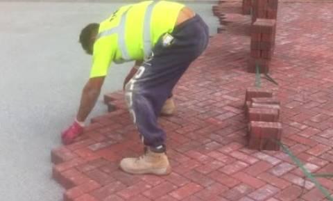 Παίρνει τούβλα δαπέδου και τα στρώνει με απίστευτη τέχνη σε χρόνο ρεκόρ (video)