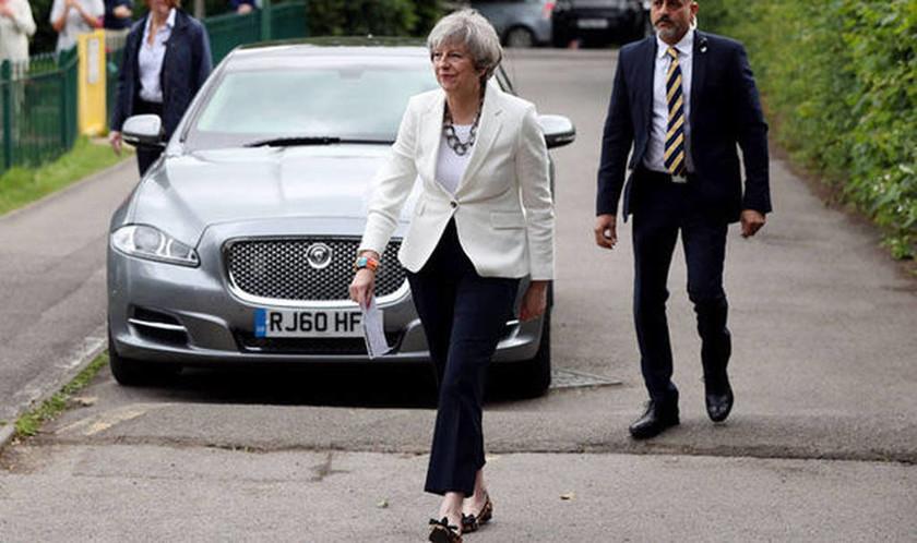 Εκλογές Βρετανία: Τα εκκεντρικά παπούτσια της Τερέζα Μέι που τράβηξαν τα βλέμματα! (pics)