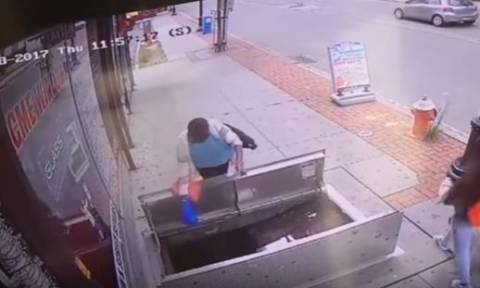 Βίντεο σοκ: Γυναίκα παίζει με το κινητό της και πέφτει σε αγωγό αερίου! (vid)