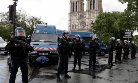 Επίθεση Παρίσι: Υλικό του ISIS βρέθηκε στον υπολογιστή του δράστη με το σφυρί