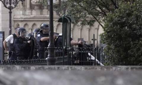 Γαλλία - Παναγία των Παρισίων: Προφυλακίστηκε ο τρομοκράτης με το σφυρί (Vids)