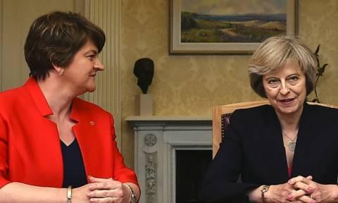 Βρετανία: Συνεχίζονται στο «παρά πέντε» οι συνομιλίες της Μέι με το DUP για το σχηματισμό κυβέρνησης