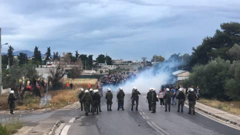 Σκηνικό πολέμου στο Μενίδι: Κάηκαν σπίτια στον καταυλισμό - Με πυροβολισμούς απάντησαν οι Ρομά