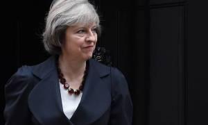 Ολοταχώς για Brexit: Η Μέι επαναφέρει στο υπουργικό συμβούλιο τον πολιτικό της αντίπαλο