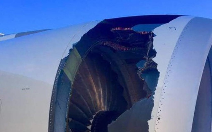 Πανικός σε πτήση: Άνοιξε τρύπα στον κινητήρα του αεροσκάφους! (pics+vid)