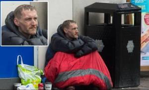 Μάντσεστερ: Παρά τις υποσχέσεις για βοήθεια, ο άστεγοι «ήρωες» συνεχίζουν να ζουν στο δρόμο