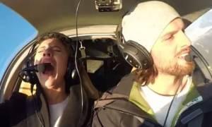 Εντυπωσιακό: Της έκανε πρόταση γάμου ενώ «έπεφτε» το αεροπλάνο! (vid)