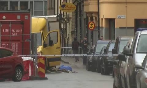 Συναγερμός στη Σουηδία: Επίθεση με κλεμμένο φορτηγό στη Στοκχόλμη – Ανθρωποκυνηγητό για τον δράστη
