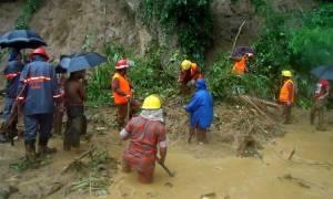 Τουλάχιστον 68 νεκροί από τις πλημμύρες και τις κατολισθήσεις στο Μπανγκλαντές (pics+vid)