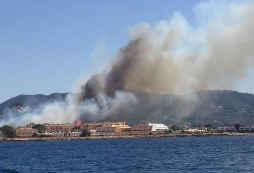 Ίμπιζα: Εκκενώθηκε ξενοδοχείο εξαιτίας μεγάλη πυρκαγιάς (pics+vids)