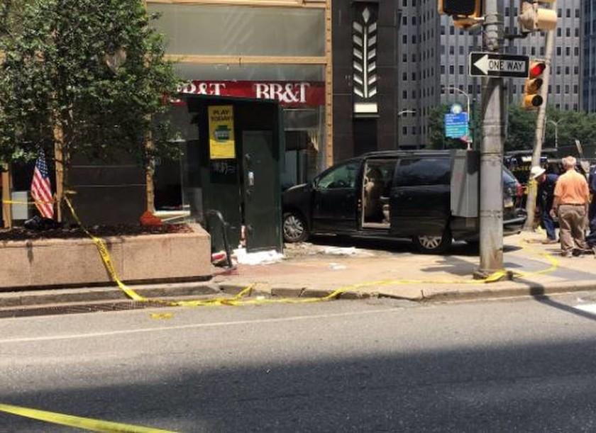 Συναγερμός στη Φιλαδέλφεια - Αυτοκίνητο παρέσυρε πεζούς (pics)