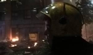 Λονδίνο - Συγκλονιστικό βίντεο: Ήρωας πυροσβέστης προσπαθεί να σώσει εγκλωβισμένο στη φωτιά