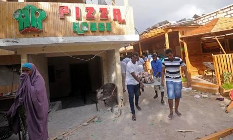Ο τρόμος επέστρεψε στη Σομαλία: Τουλάχιστον 19 νεκροί από συντονισμένη επίθεση καμικάζι και ενόπλων