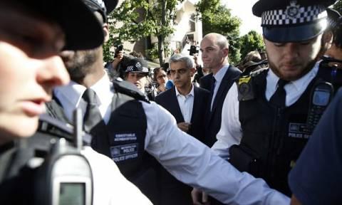 Αποδοκίμασαν το δήμαρχο του Λονδίνου στον «πύργο της κολάσεως» - Του πέταξαν μπουκάλι (vid)