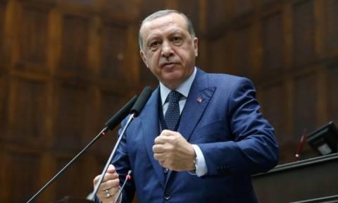 Έξαλλος ο Ερντογάν: Θα ανταποδώσουμε τα εντάλματα σύλληψης που εξέδωσαν οι ΗΠΑ