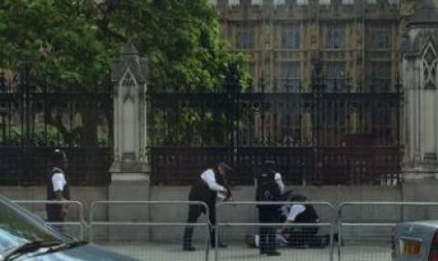 Τρόμος ξανά στο Λονδίνο: Άνδρας με μαχαίρι έξω από τη βρετανική βουλή - Δείτε φωτογραφίες