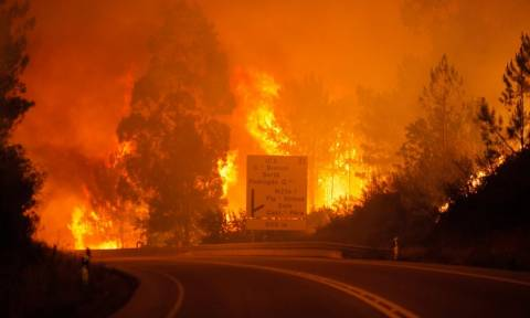 Φονική πυρκαγιά στην Πορτογαλία: Δεκάδες άνθρωποι κάηκαν ζωντανοί μέσα στα αυτοκίνητα τους (Pics)
