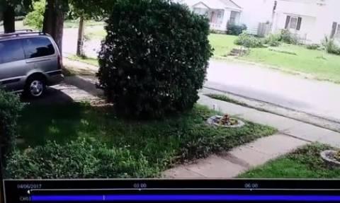 Επαθε σοκ μόλις είδε στην κρυφή κάμερα τι έκανε ένα ζευγάρι έξω απ' το σπίτι της (video)