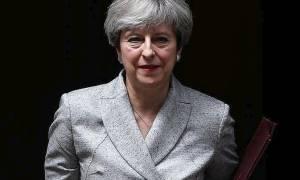 Βρετανία: Οι Τόρις απειλούν με ανατροπή την Τερέζα Μέι εάν εγκαταλείψει το σκληρό Brexit