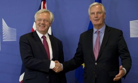Το Brexit μόλις ξεκίνησε: Ντέιβις και Μπαρνιέ συναντήθηκαν στις Βρυξέλλες (Pics)