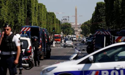 Συναγερμός στο Παρίσι: Αυτοκίνητο έπεσε πάνω σε βαν της αστυνομίας στα Ηλύσια Πεδία (pics+vid)
