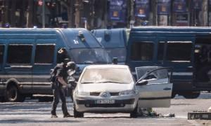 Παρίσι: Γκαζάκια και όπλα βρέθηκαν στο όχημα που έπεσε πάνω στο αστυνομικό βαν - Νεκρός ο οδηγός