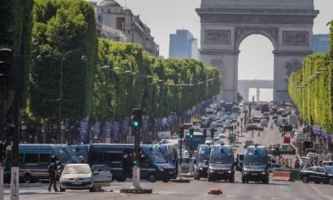 Παρίσι: Δείτε πώς ακινητοποίησαν το δράστη που έπεσε πάνω σε αστυνομικό βαν (vid)