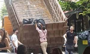 Λάρισα: Οι κάτοικοι μαζεύουν μόνοι τους τα σκουπίδια με φορτηγό!