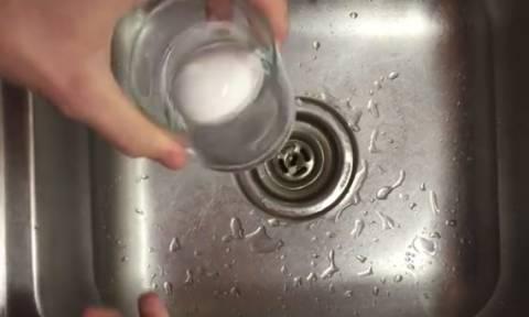 Πήρε ένα αυγό και το έβαλε σε ένα ποτήρι με νερό. Οταν δείτε γιατί θα το κάνετε κι εσείς (video)